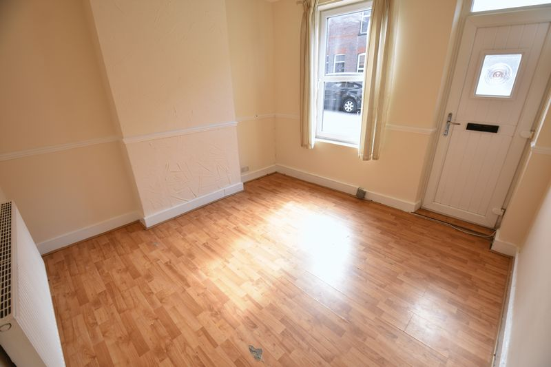 4 bedroom Mid Terrace to buy in Ridgway Road, Luton - Photo 2