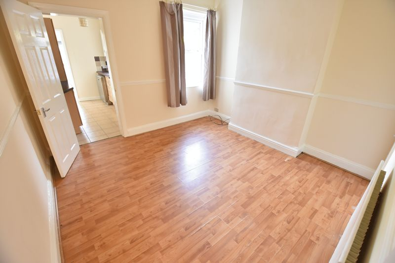 4 bedroom Mid Terrace to buy in Ridgway Road, Luton - Photo 3