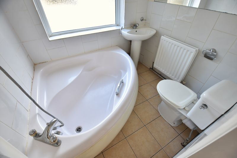 4 bedroom Mid Terrace to buy in Ridgway Road, Luton - Photo 6