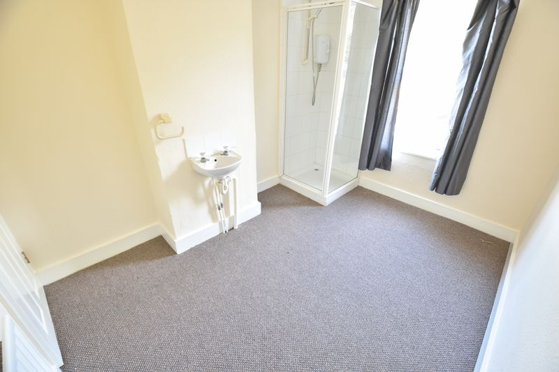 4 bedroom Mid Terrace to buy in Ridgway Road, Luton - Photo 10