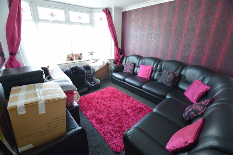 5 bedroom Mid Terrace to rent in Carisbrooke Road, Luton - Photo 3