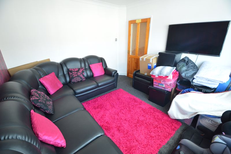 5 bedroom Mid Terrace to rent in Carisbrooke Road, Luton - Photo 4