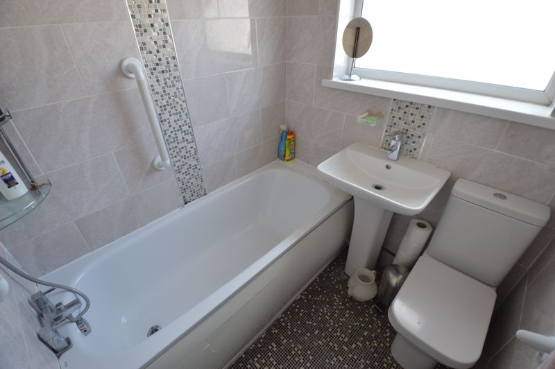 5 bedroom Mid Terrace to rent in Carisbrooke Road, Luton - Photo 7