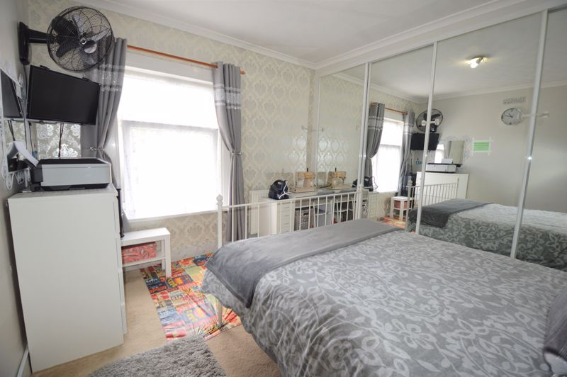 2 bedroom Mid Terrace to buy in Ferndale Road, Luton - Photo 3