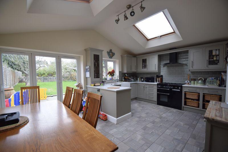 4 bedroom Semi-Detached  to rent in Cutenhoe Road, Luton