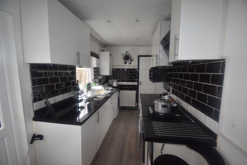 2 bedroom Mid Terrace to rent in Butlin Road, Luton - Photo 7
