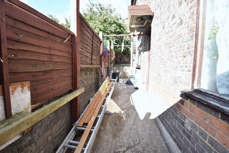 3 bedroom End Terrace to buy in Winsdon Road, Luton - Photo 9