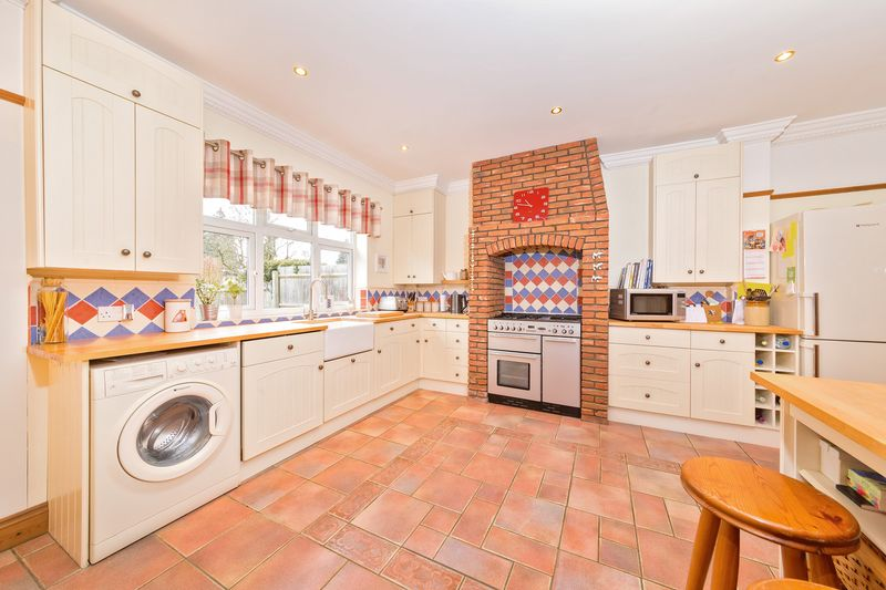 4 bedroom Semi-Detached  to buy in Fountains Road, Luton - Photo 15