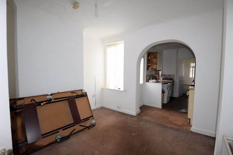 2 bedroom Mid Terrace to buy in Ferndale Road, Luton - Photo 4