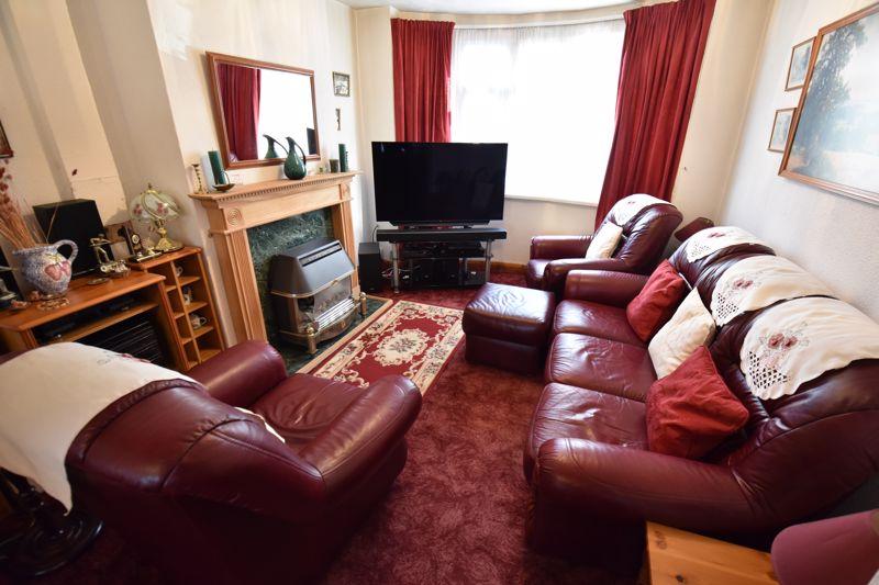 3 bedroom Mid Terrace to buy in Pembroke Avenue, Luton - Photo 2