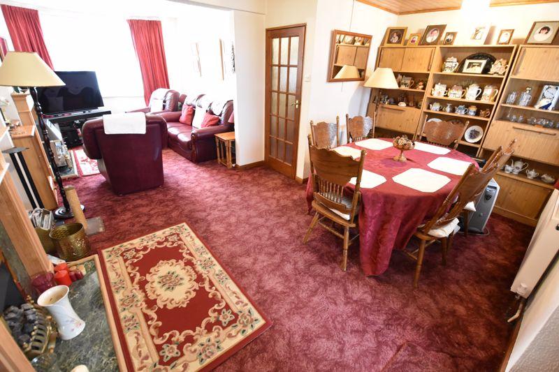 3 bedroom Mid Terrace to buy in Pembroke Avenue, Luton - Photo 4