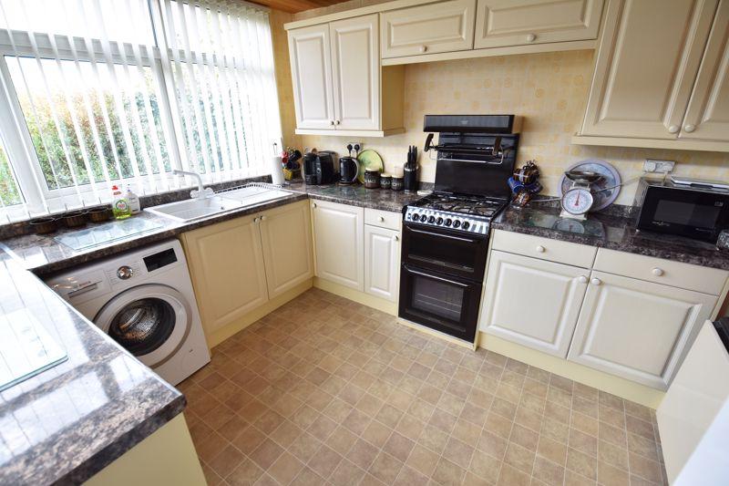 3 bedroom Mid Terrace to buy in Pembroke Avenue, Luton - Photo 5