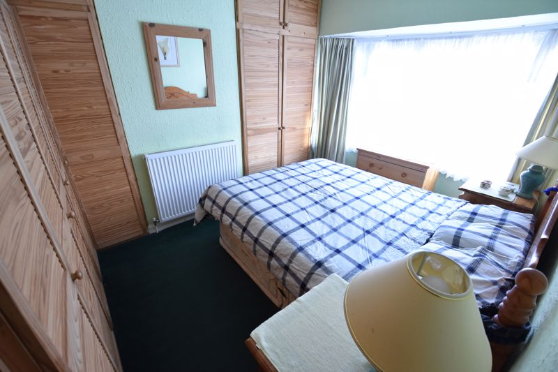 3 bedroom Mid Terrace to buy in Pembroke Avenue, Luton - Photo 7