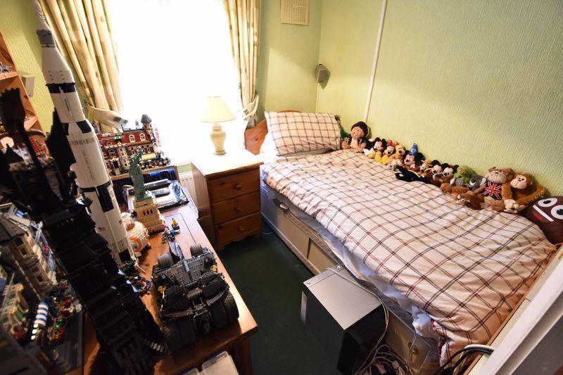 3 bedroom Mid Terrace to buy in Pembroke Avenue, Luton - Photo 8