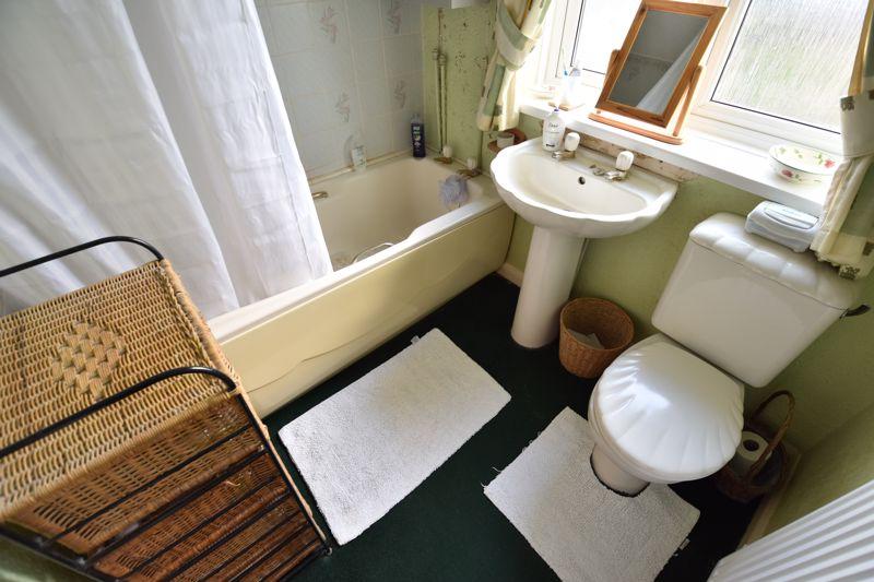 3 bedroom Mid Terrace to buy in Pembroke Avenue, Luton - Photo 9