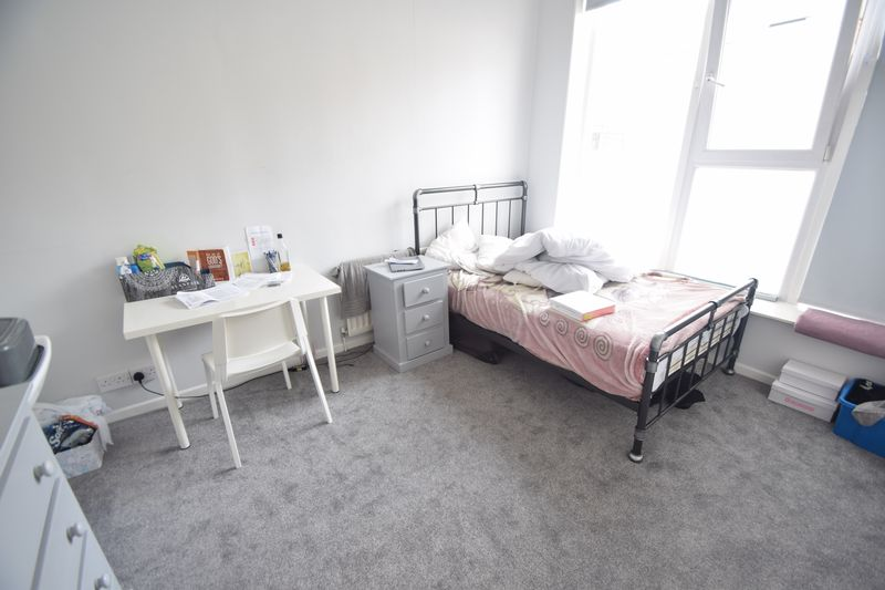 6 bedroom  to buy in Park Street, Luton - Photo 1