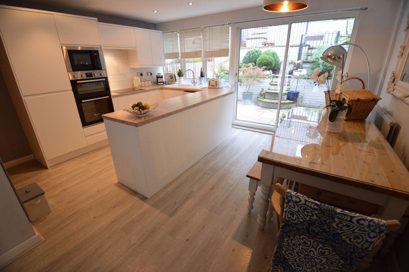 3 bedroom Mid Terrace to buy in Trowbridge Gardens, Luton - Photo 4