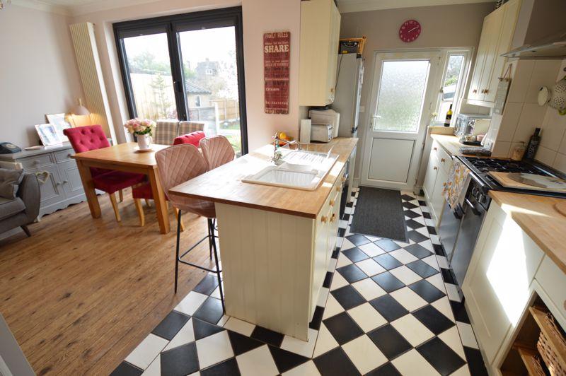 3 bedroom Semi-Detached  to buy in Wychwood Avenue, Luton - Photo 9