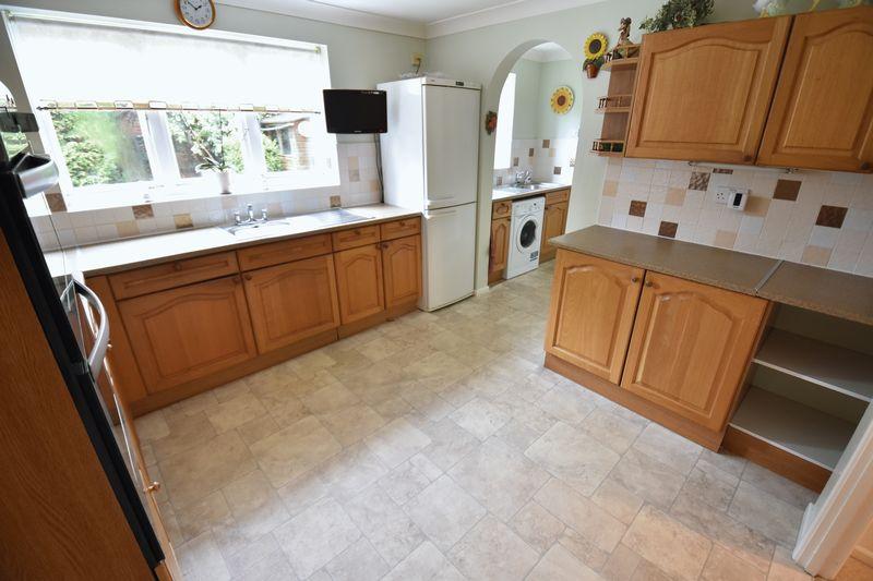 4 bedroom Detached  to buy in Kilmarnock Drive, Luton - Photo 4