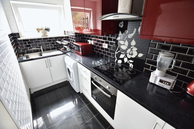 2 bedroom Flat to buy in Downs Road, Luton - Photo 3