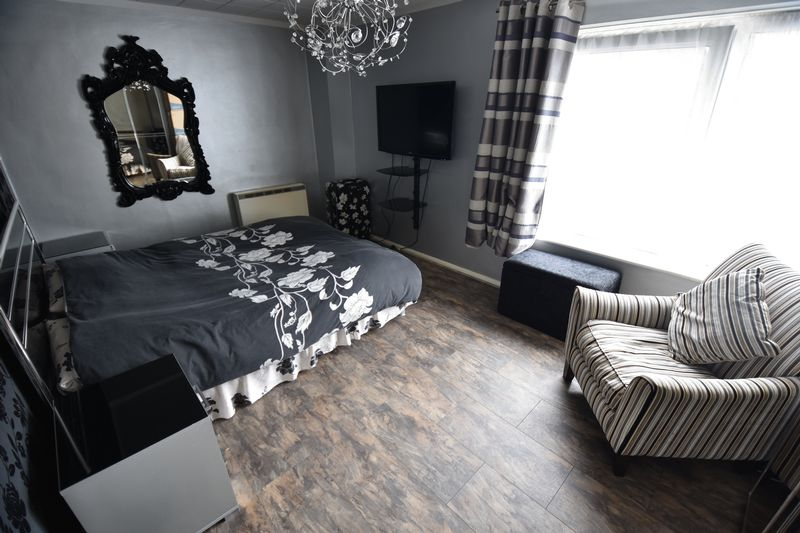 2 bedroom Flat to buy in Downs Road, Luton - Photo 5