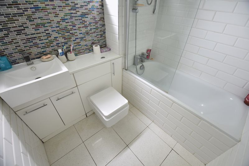 2 bedroom Flat to buy in Downs Road, Luton - Photo 7