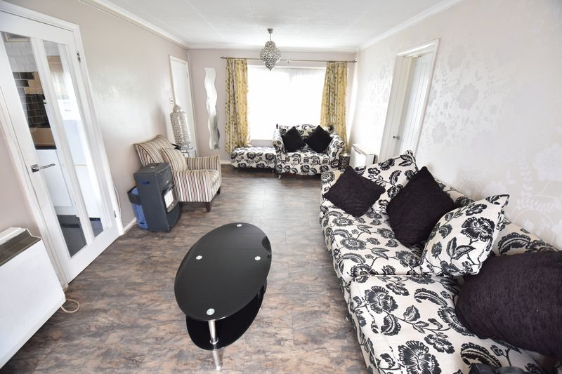 2 bedroom Flat to buy in Downs Road, Luton - Photo 9