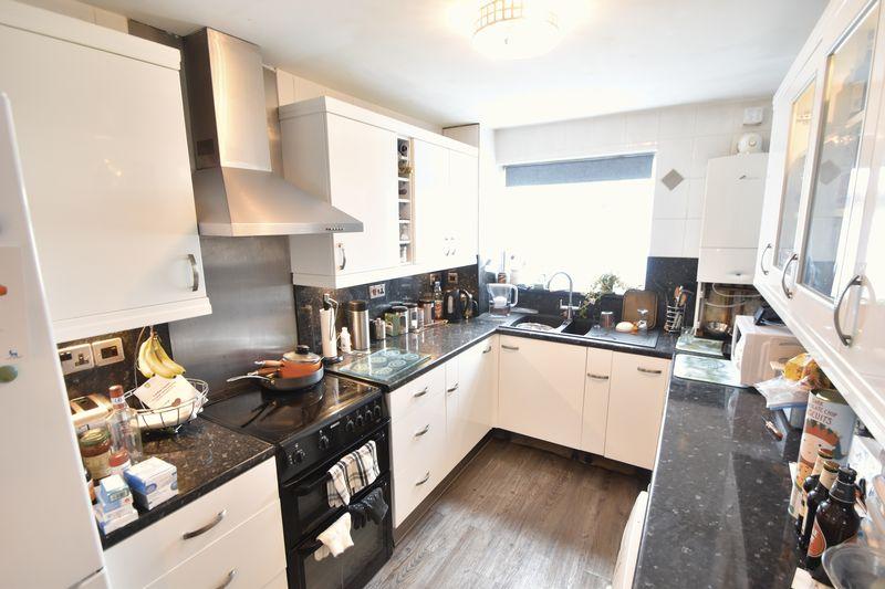 3 bedroom Mid Terrace to buy in Kestrel Way, Luton - Photo 23