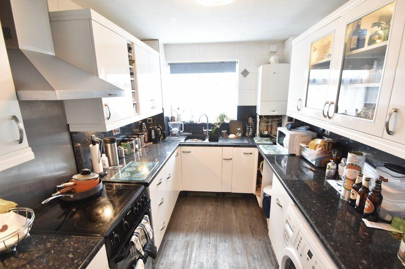 3 bedroom Mid Terrace to buy in Kestrel Way, Luton - Photo 24
