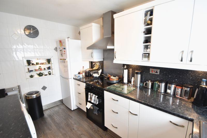 3 bedroom Mid Terrace to buy in Kestrel Way, Luton - Photo 25