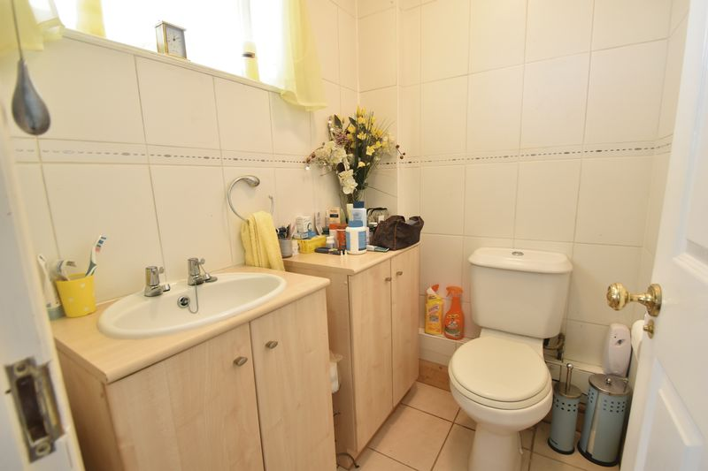 3 bedroom Mid Terrace to buy in Kestrel Way, Luton - Photo 26