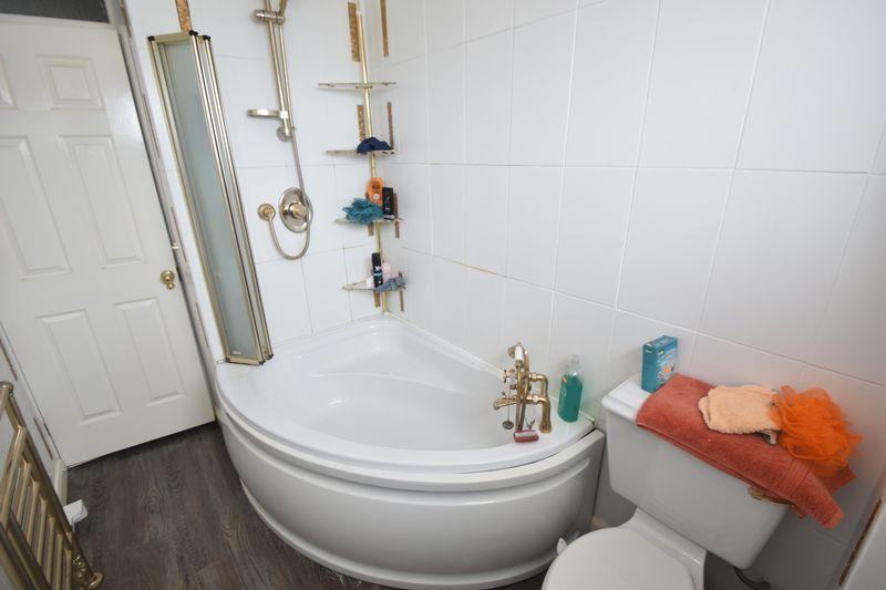 3 bedroom Mid Terrace to buy in Kestrel Way, Luton - Photo 3