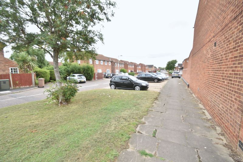 3 bedroom Mid Terrace to buy in Kestrel Way, Luton - Photo 17