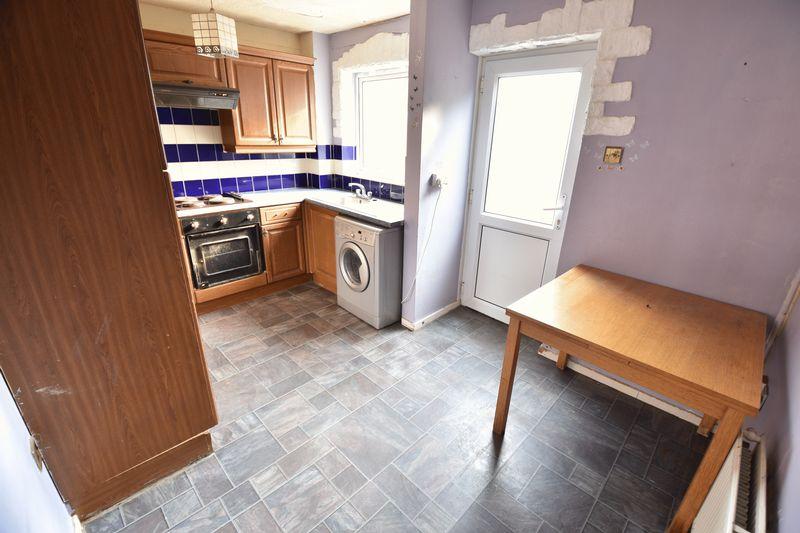 2 bedroom Mid Terrace to buy in Fareham Way, Dunstable - Photo 3
