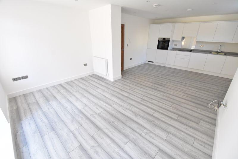 2 bedroom Maisonette to buy in Kingham Way, Luton - Photo 9