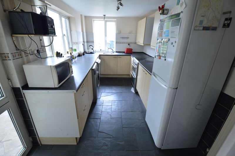 3 bedroom Mid Terrace to buy in Tennyson Road, Luton - Photo 5