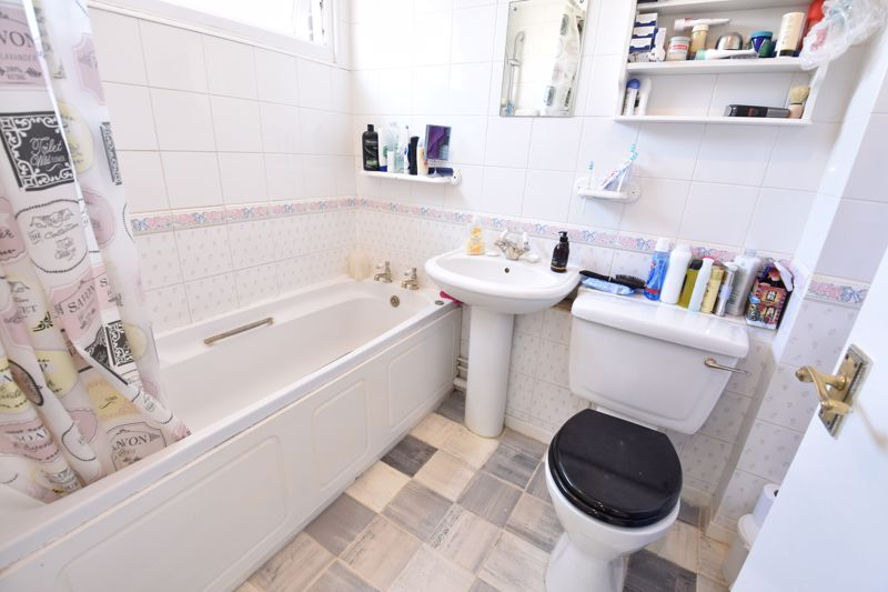 3 bedroom  to buy in Bracklesham Gardens, Luton - Photo 6