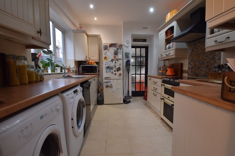 3 bedroom Mid Terrace to buy in Tennyson Road, Luton - Photo 3