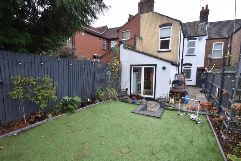 3 bedroom Mid Terrace to buy in Tennyson Road, Luton - Photo 8