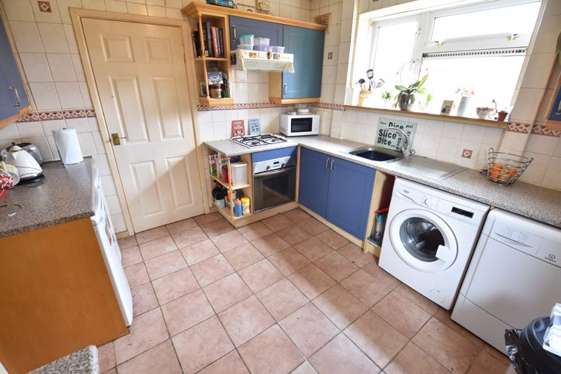 3 bedroom End Terrace to buy in Castlecroft Road, Luton - Photo 3