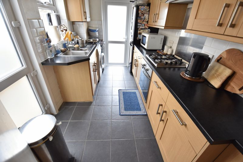 3 bedroom Semi-Detached  to buy in Stockingstone Road, Luton - Photo 5