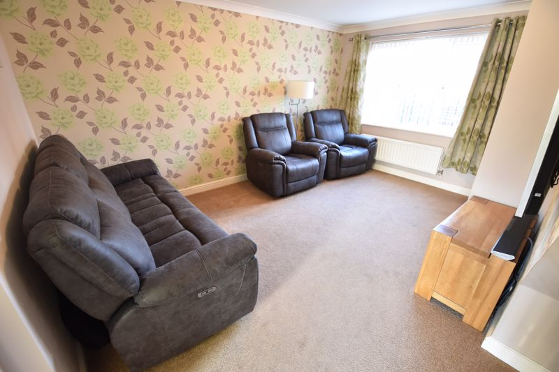 3 bedroom Detached  to buy in The Dell, Luton - Photo 3