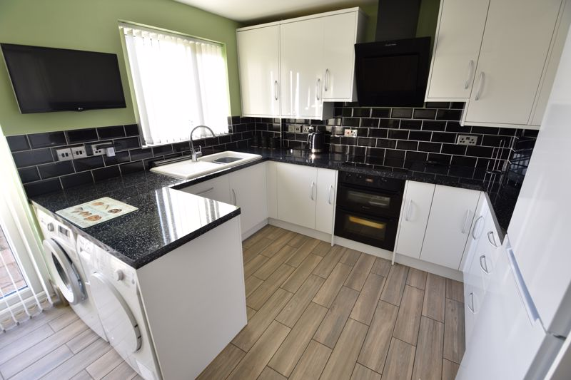 3 bedroom Detached  to buy in The Dell, Luton - Photo 5