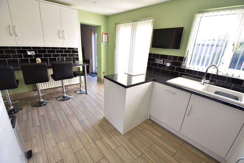 3 bedroom Detached  to buy in The Dell, Luton - Photo 6
