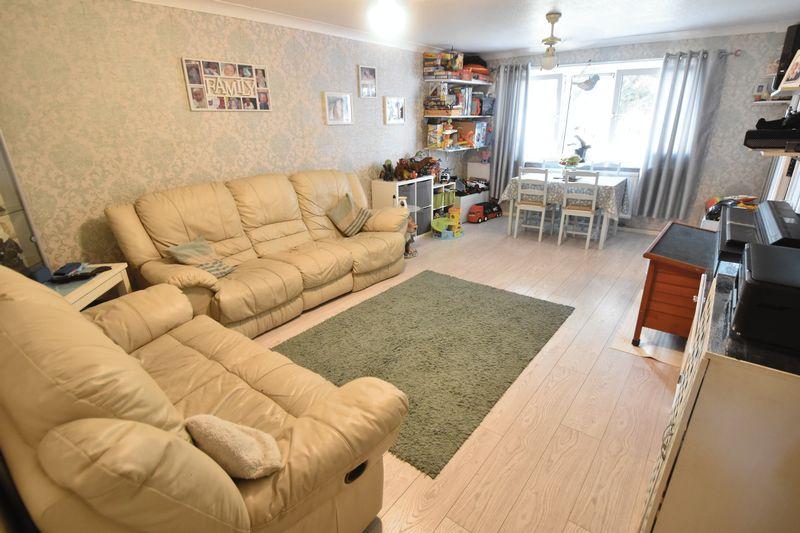 2 bedroom Apartment / Studio to buy in Essex Close, Luton - Photo 3