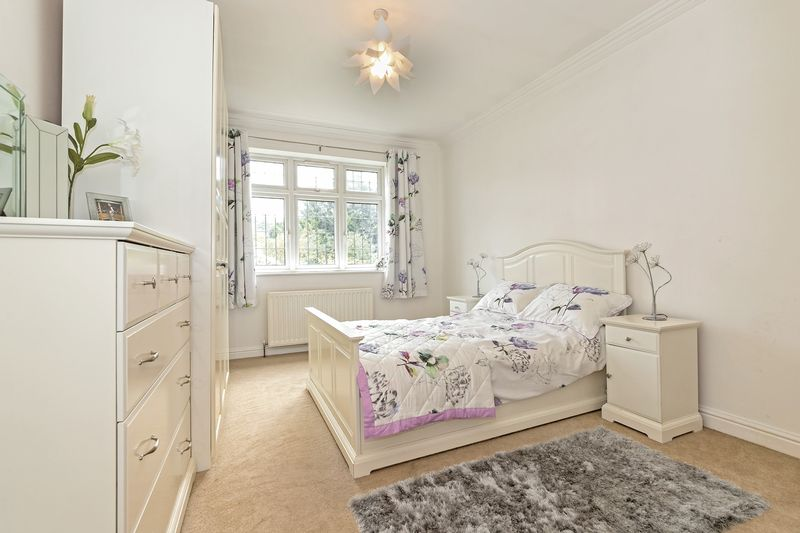 5 bedroom Detached  to buy in Old Bedford Road, Luton - Photo 11