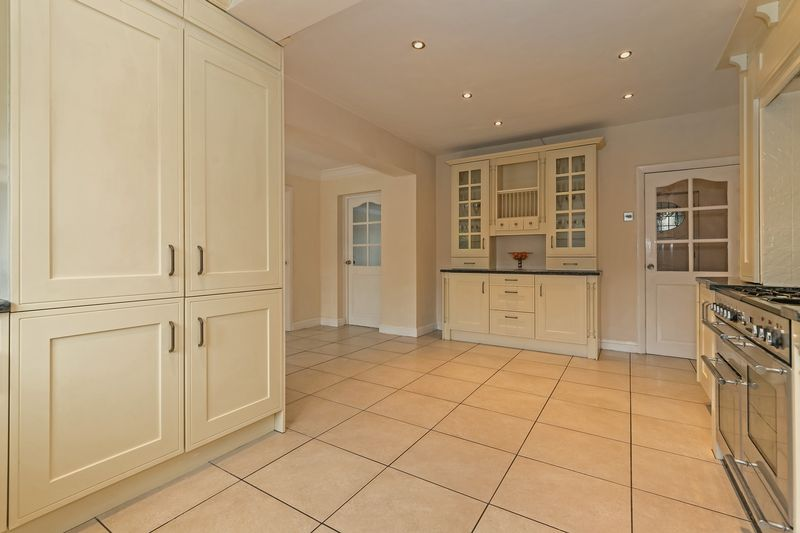 5 bedroom Detached  to buy in Old Bedford Road, Luton - Photo 28