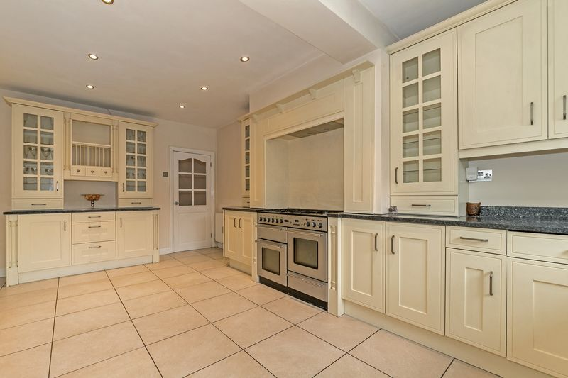 5 bedroom Detached  to buy in Old Bedford Road, Luton - Photo 29