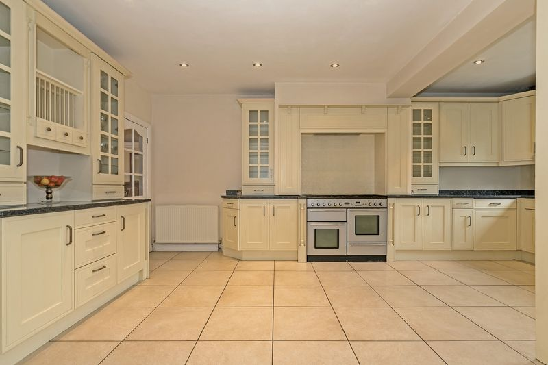 5 bedroom Detached  to buy in Old Bedford Road, Luton - Photo 30