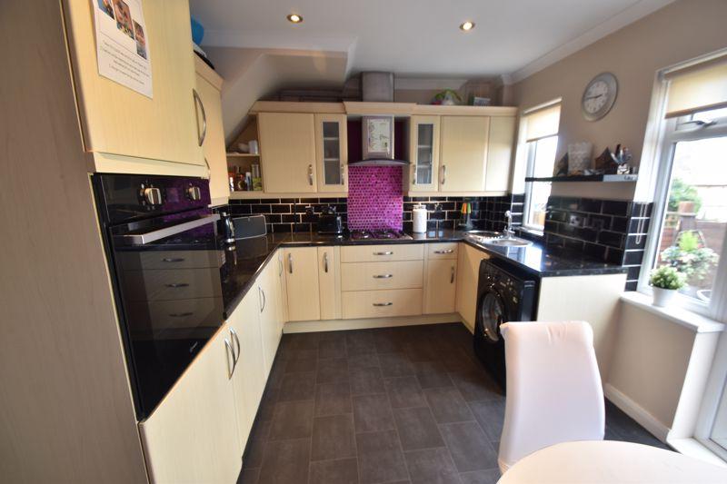 2 bedroom  to buy in Third Avenue, Luton - Photo 5